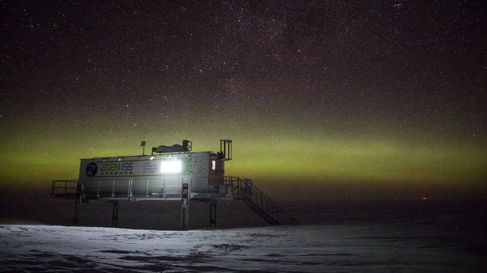 EDEN-ISS-Gewächshaus unter Polarlichtern (DLR)